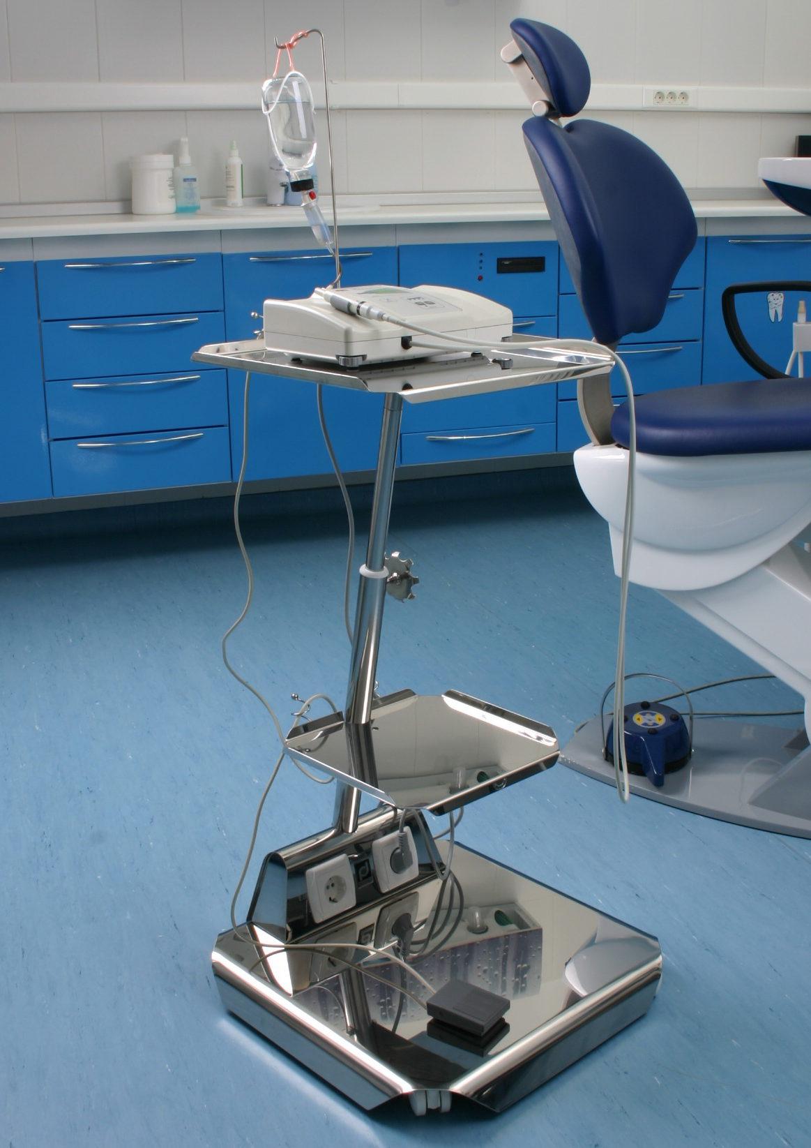Столик для физиодиспенсера в интерьере стоматологического кабинета