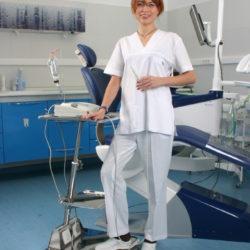 Приборный столик и Карина в интерьере стоматологического кабинета
