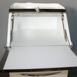 Откидная крышка-столешница В левом углу — две розетки для подключения различных приборов.