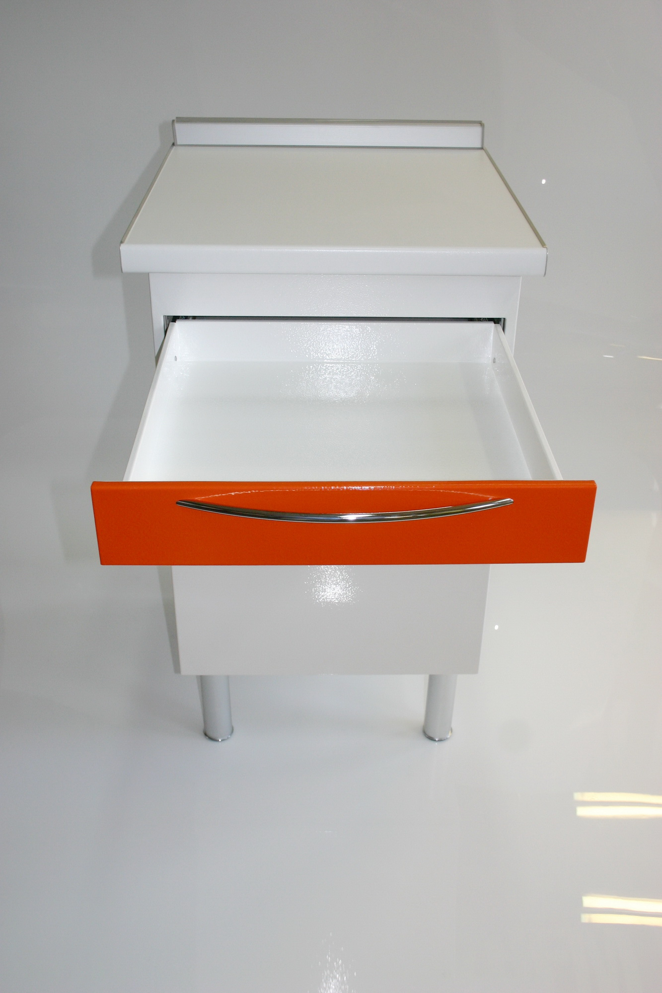 Возможно исполнение ящика для размещения клавиатуры ПК, что необходимо отдельно оговаривать при заказе тумбы