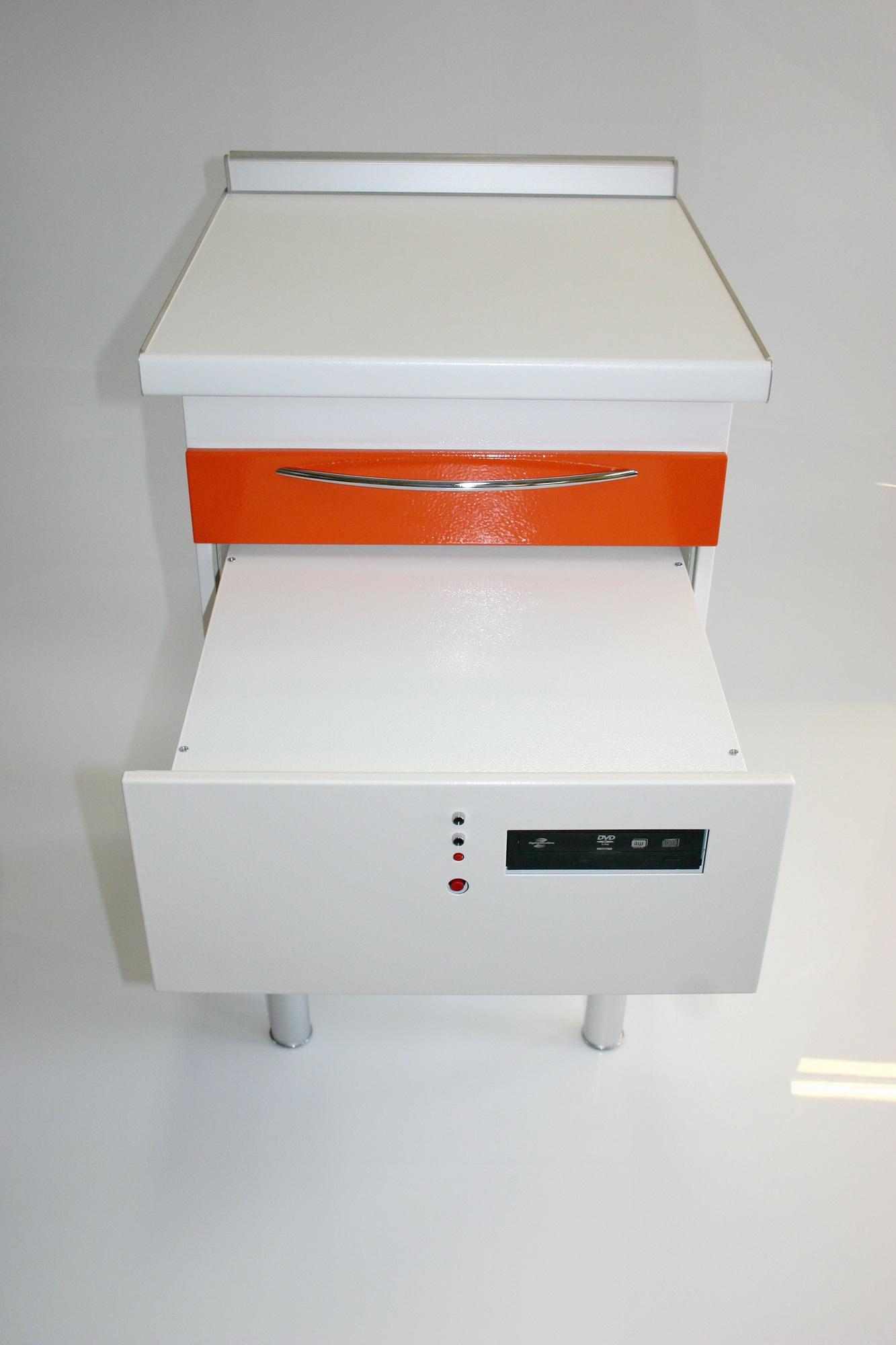 Открыт ящик в котором размещен процессор, но сам ящик закрыт металлическим щитом на 4х винтиках