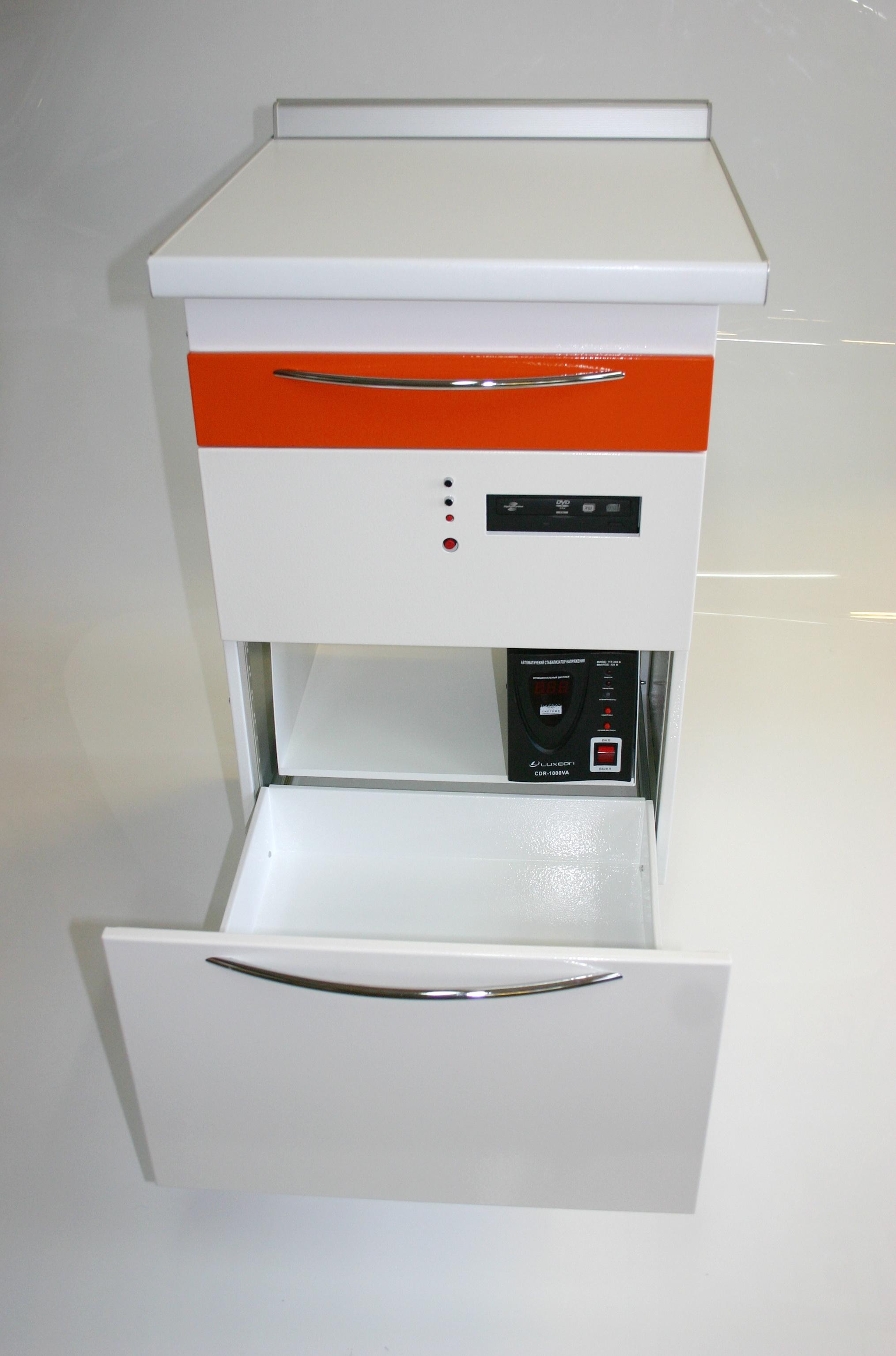 При открытии нижнего ящика, открывается доступ к кнопкам управления бесперебойника