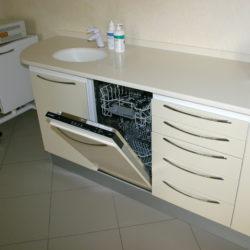 Вторая слево тумба — встроеная посудомоечная машина