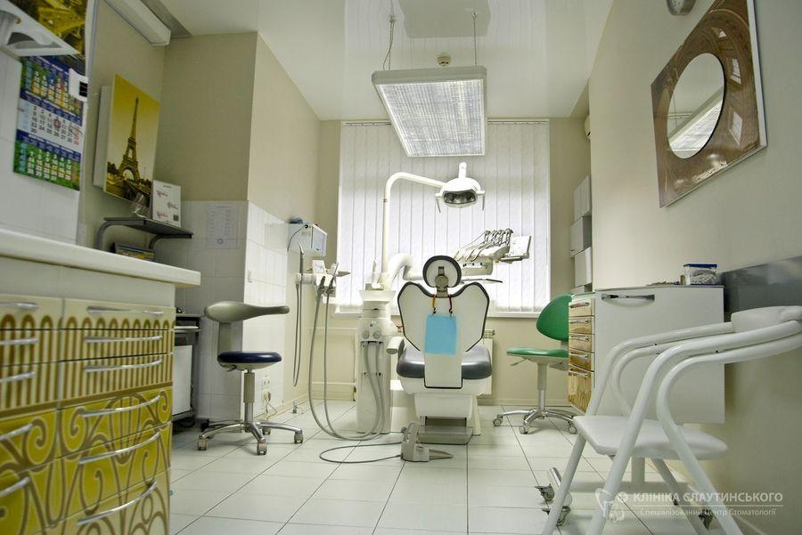 Также в интерьер стоматологического кабинета входит мобильная тумба Панок Соло и зеркало.